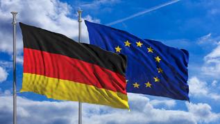 Flaggen der Bundesrepublik Deutschland und der Europäischen Union an Fahnenmasten